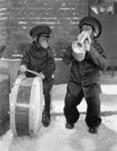 Chimpanzees playing music — Stock Photo