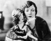 Frau mit zigarette-puppe — Stockfoto