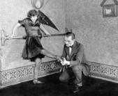 Homme inspectant womans pied — Photo