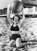 Retrato de mujer con la bola en la playa — Foto de Stock