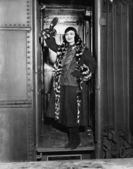 женщина на пути струи, размахивали прощай — Стоковое фото