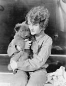 женщина холдинг щенок — Стоковое фото