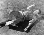 Człowiek zapukał do ziemi — Zdjęcie stockowe