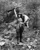 ¡ ciervos, un joven cazador femenino con pistola levantado altas sonrisas con un jovencito en la mano — Foto de Stock