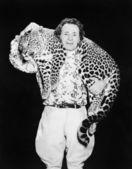 Homem posando com um leopardo no pescoço — Fotografia Stock