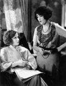 Duas jovens mulheres, discutindo as finanças juntos — Foto Stock