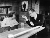 мужчина и женщина, стоя вместе в баре счетчика и говорить — Стоковое фото