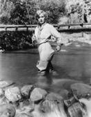 渔杆站在水的女人 — 图库照片
