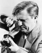 Bir tornavida ile onun olta tamir adam — Stok fotoğraf
