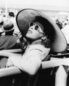Woman in a big sun hat and sun glasses — Stock Photo