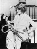 Mulher com uma boneca no colo — Fotografia Stock