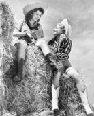 Dos mujeres con sombreros de vaquero en un pajar — Foto de Stock