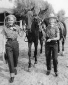 Duas mulheres com seus cavalos — Fotografia Stock
