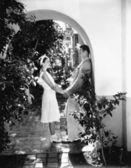 Profil pár romancing v podloubí — Stock fotografie