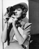 Retrato de uma jovem mulher que tirar uma foto com uma câmera — Foto Stock