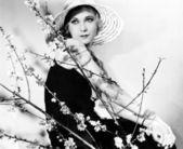 Perfil de una mujer joven con un sombrero — Foto de Stock