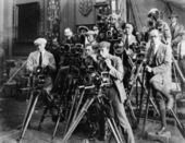 Grupo de fotógrafos tirando foto com câmeras — Foto Stock