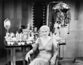 Porträtt av en ung kvinna sitter i en skönhetssalong — Stockfoto
