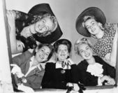 Portret pięciu młodych kobiet, uśmiechając się i patrząc w dół — Zdjęcie stockowe