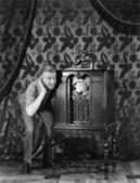 портрет мужчины, слушать музыку с радио и улыбается — Стоковое фото