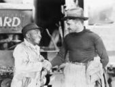 двое мужчин, пожимая руки друг с другом — Стоковое фото