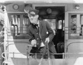 Conductor de un tranvía dibujados caballo sosteniendo las riendas — Foto de Stock