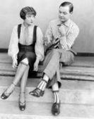 Pár sezení společně na kroky — Stock fotografie