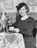 женщина разлива кофе из кофе urn — Стоковое фото