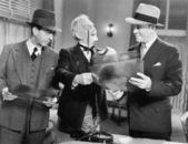 Drei männer suchen röntgenbilder — Stockfoto