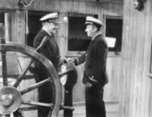 Dois capitães, apertando as mãos em um barco — Fotografia Stock