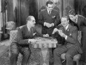 Vier mannen speelkaarten — Stockfoto