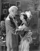 мужчина и женщина обнимает и глядя друг на друга — Стоковое фото
