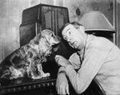 Man and dog listening to the radio — Foto de Stock