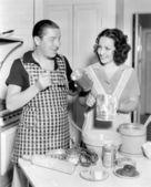 Pár spolu v kuchyni pečení dortu — Stock fotografie