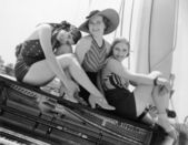 Três mulheres sentadas em cima de um piano — Foto Stock