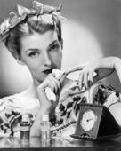 Una giovane donna elegante togliendosi il suo smalto — Foto Stock