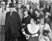 Homem vendo sua esposa com raiva enquanto está assistindo a um grupo de — Foto Stock