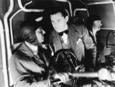 Tres hombres en el interior de la cabina de un avión — Foto de Stock