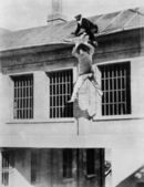 полицейский пытается поймать сбежавших заключенных — Стоковое фото