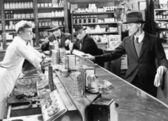 Quattro uomini a una fontana di soda — Foto Stock