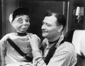 Man talar och ser med sin marionett — Stockfoto