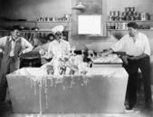 σεφ και άνδρες να πλύνετε ένα σκυλί στην κουζίνα — Φωτογραφία Αρχείου