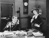 男人和女人在办公室调情 — 图库照片