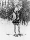 Giovane donna, passeggiate con racchette da neve attraverso il bosco — Foto Stock