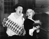 Couple singing while playing two accordions — Stock Photo