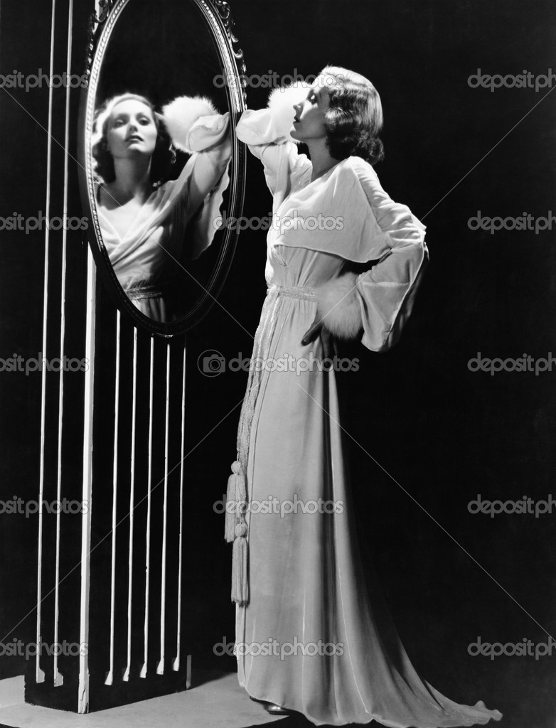 Glamorous woman looking in mirror — Foto Stock #12291801