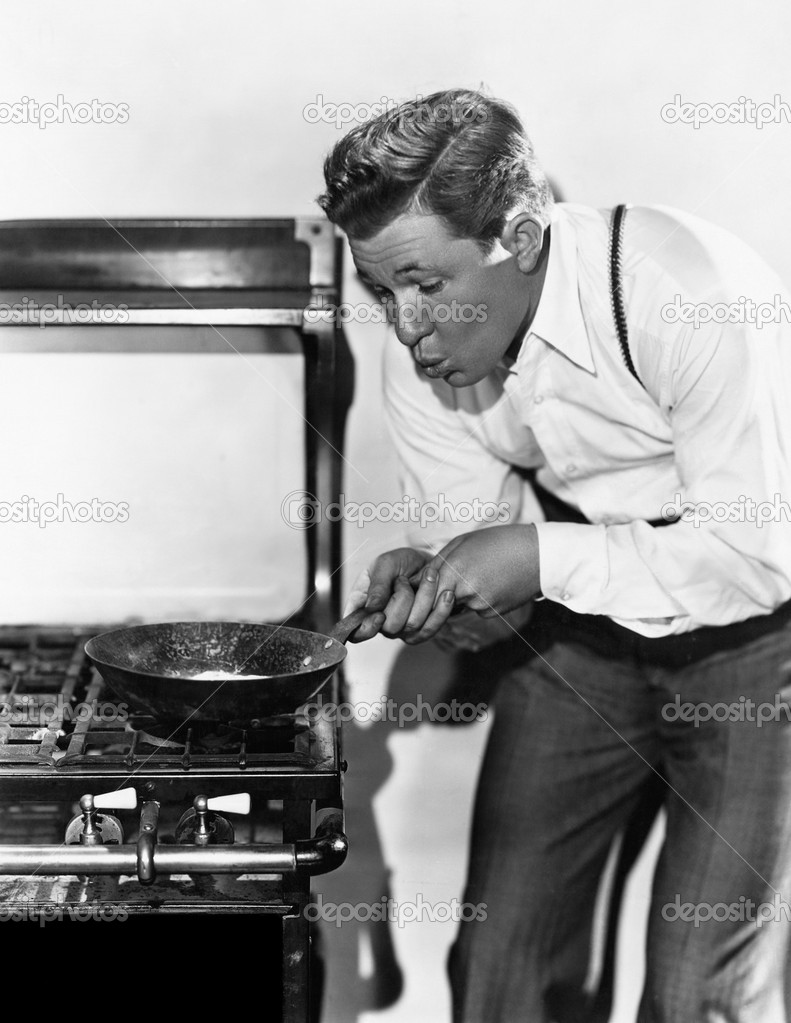 Portrait of man cooking on stove — Stock Photo #12293392