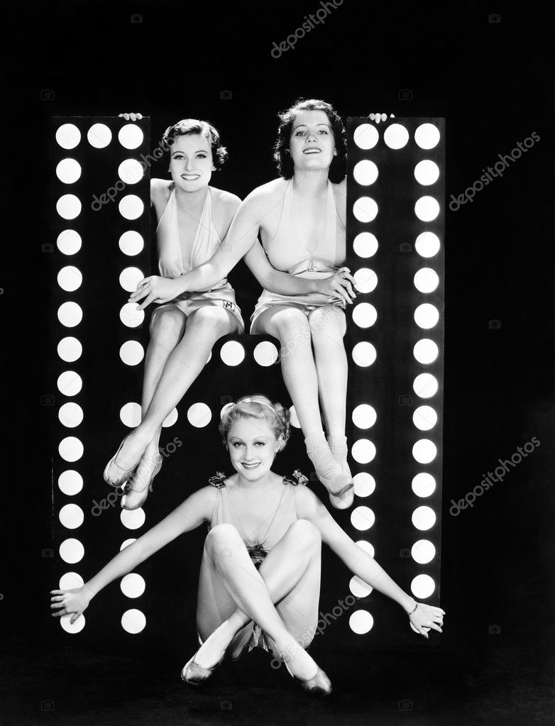 Three young women posing with the letter H — Stock fotografie #12294642
