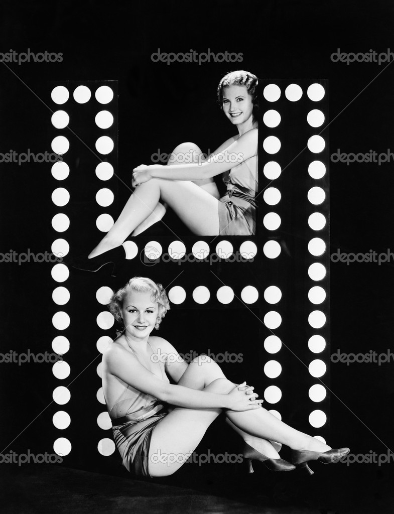 Two young women posing with the letter H — Stockfoto #12294666