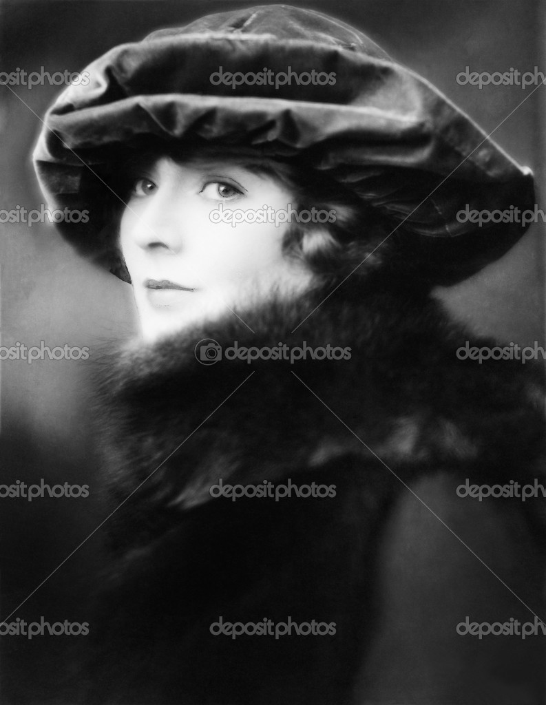Portrait of a young woman wearing a hat and a fur stole — Zdjęcie stockowe #12294674